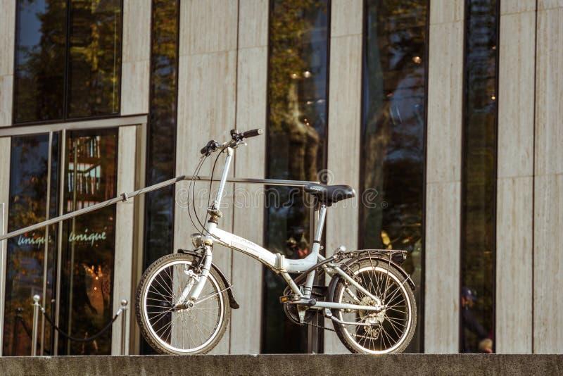 2018年10月27日 德国,杜塞尔多夫 城市可折叠自行车停放了背景大厦区已知的K -博根市中心, 库存图片