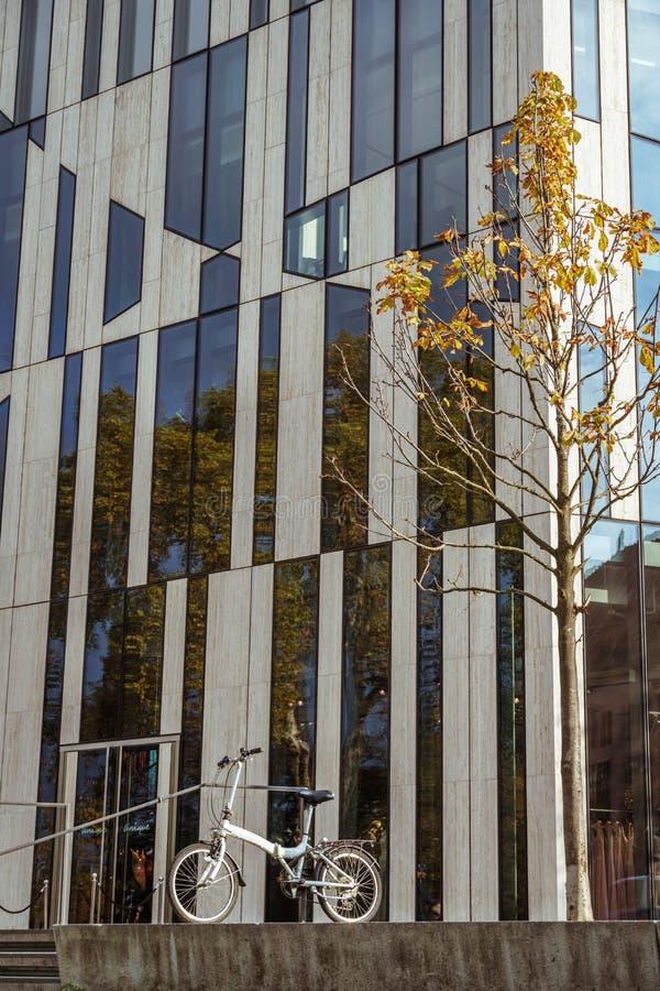 2018年10月27日 德国,杜塞尔多夫 城市可折叠自行车停放了背景大厦区已知的K -博根市中心, 图库摄影