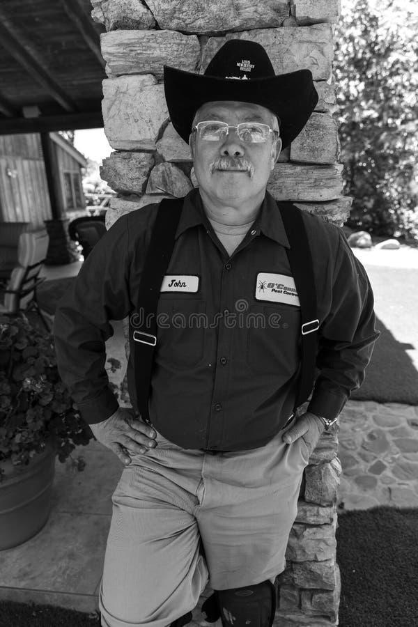 2018年6月5日-有牛仔帽的驱除剂寻找昆虫和rhodents,橡木图,加州 皇族释放例证