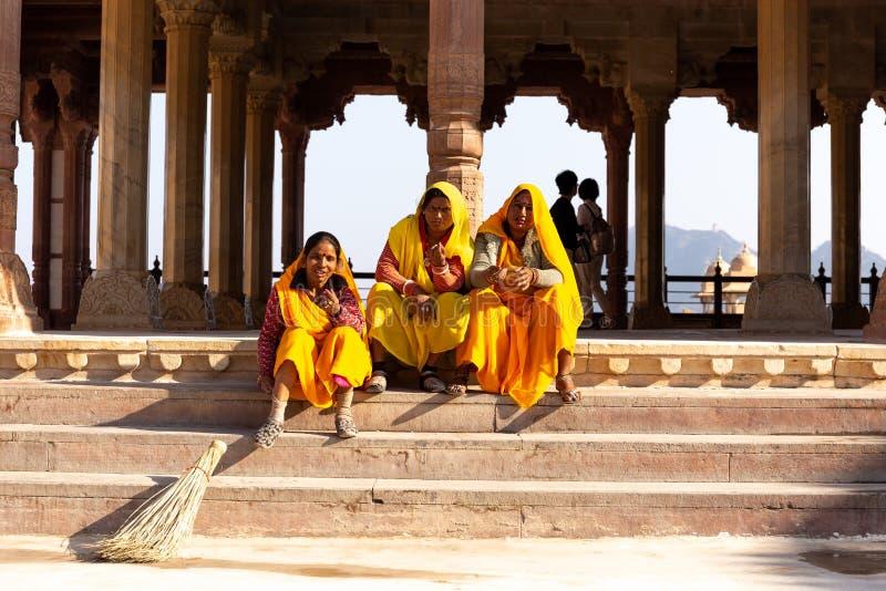 2018年12月15日-琥珀色的堡垒有有的莎丽服的斋浦尔,印度妇女台阶的一基于 免版税库存照片