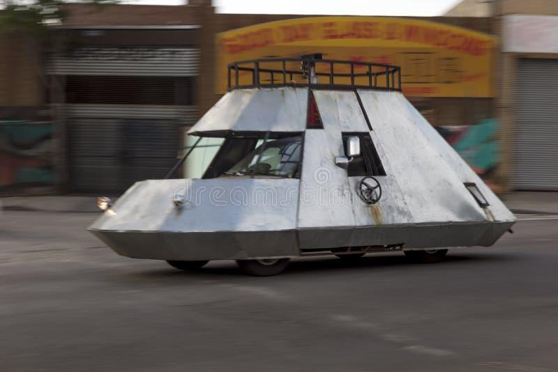 2018年6月3日-纽约,NY,美国-驾驶女王/王后和Bushwick,纽约的街道太空飞船汽车 免版税库存图片
