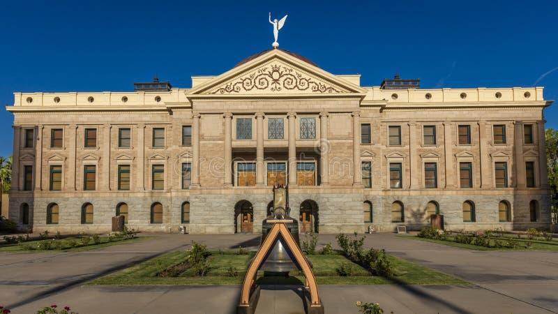 2017年8月23日-菲尼斯亚利桑那-独立钟复制品在亚利桑那状态国会大厦前面的 历史,美国 图库摄影