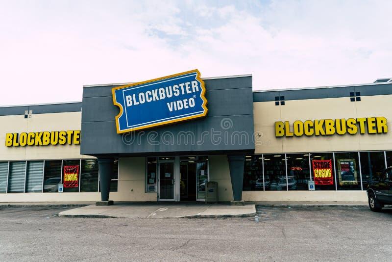 2018年8月12日-费尔班克斯, AK :一家闭合值的巨型炸弹录影商店的外视图 免版税库存图片