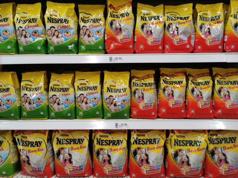 2020年4月30日 超市货架上陈列各种儿童奶粉NESPRAY品牌 库存照片