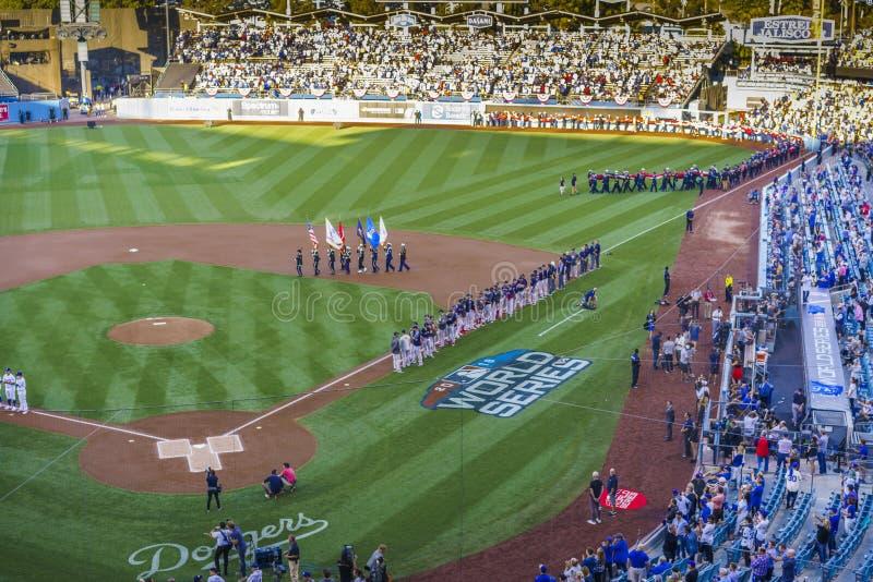 2018年10月26日-道奇体育场,洛杉矶,加利福尼亚,美国-巨人美国旗子为联赛比赛3打开的ceremo被松开 库存图片