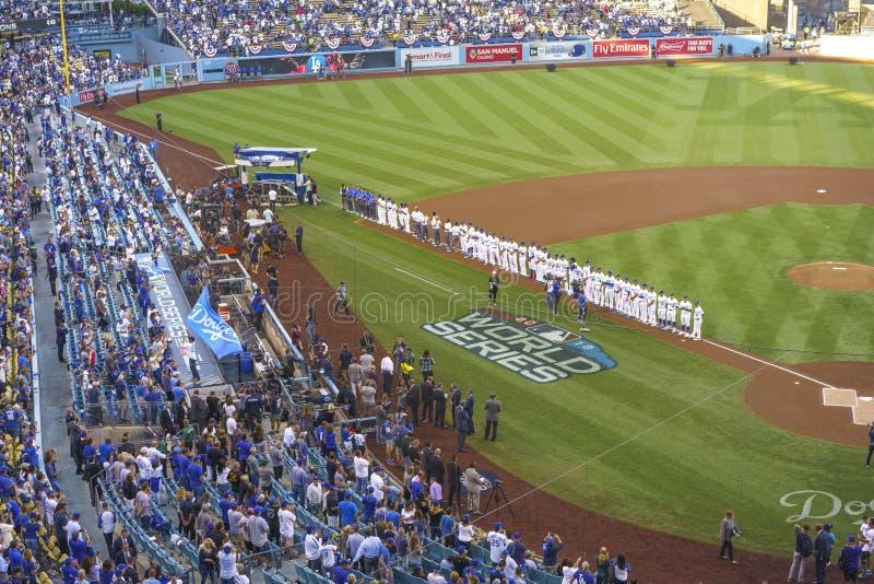 2018年10月26日-道奇体育场,洛杉矶,加利福尼亚,美国-巨人美国旗子为联赛比赛3打开的ceremo被松开 免版税库存照片
