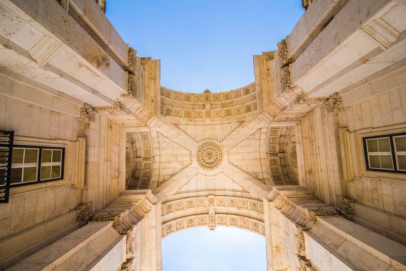 2017年7月10日-里斯本,葡萄牙 里斯本葡萄牙 看在商务正方形的偶象奥古斯塔街凯旋门, 库存照片