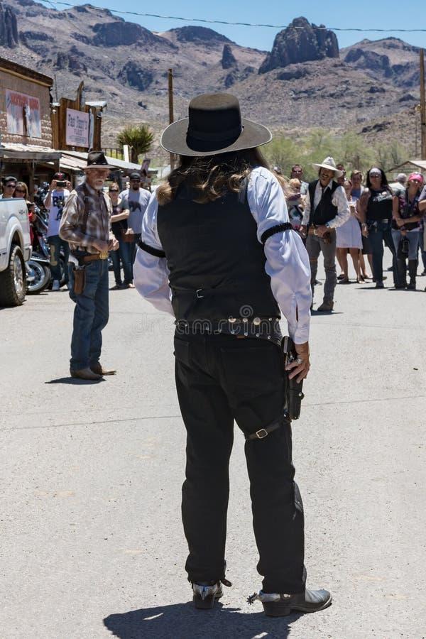 2018年5月20日- OATMAN,亚利桑那:演员在中午刻画一次老西部罪犯枪战,戏剧化为游人,在一个温暖的春日, 库存照片