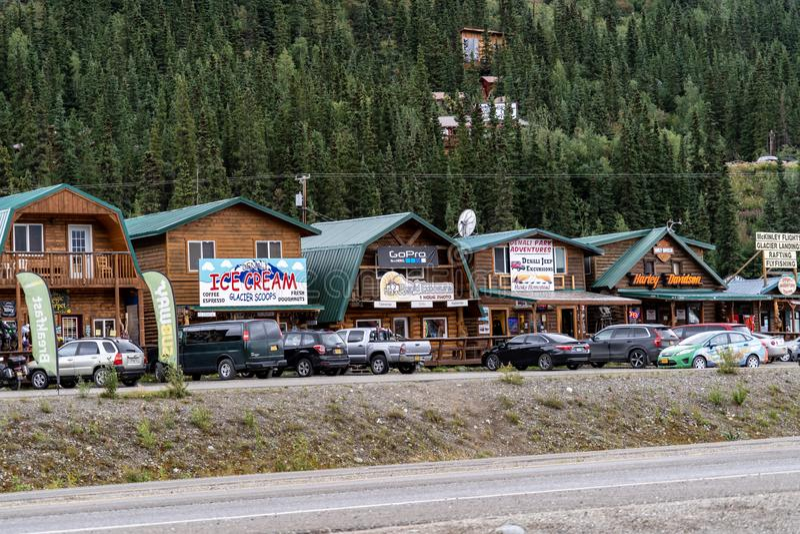 2018年8月12日- DENALI国家公园,阿拉斯加:行叫作闪烁谷和餐馆的礼品店 库存图片