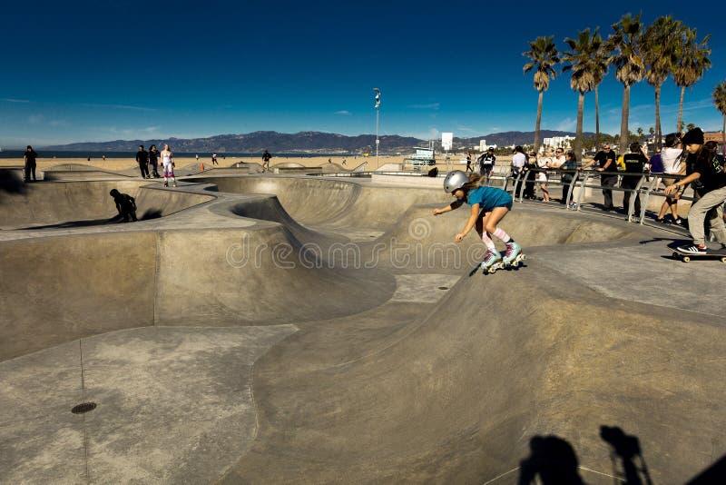 2019年1月19日- LA,加州美国-踩滑板的公园,威尼斯海滩,洛杉矶,加州 免版税库存图片