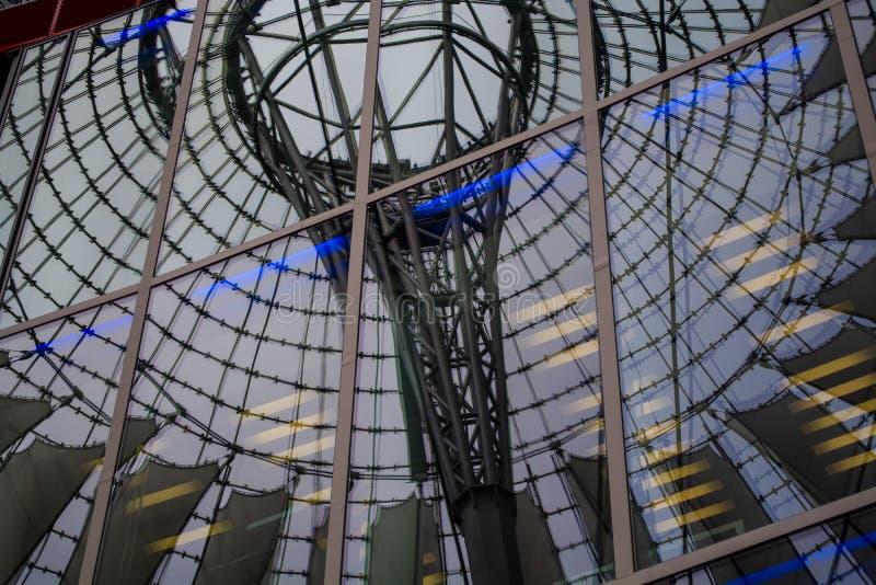 2019年5月15日 r 索尼商业,办公全套设备与白色和圆的圆顶的在玻璃大厦 反射在窗口里 库存照片