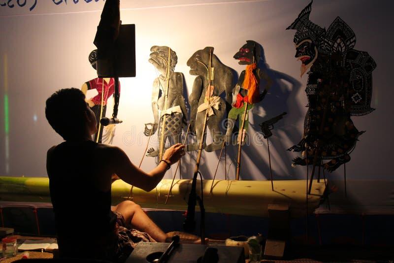 2015年12月22日- Sukorn海岛,董里府,泰国:执行者执行传统在泰国阴影木偶戏南部 库存照片