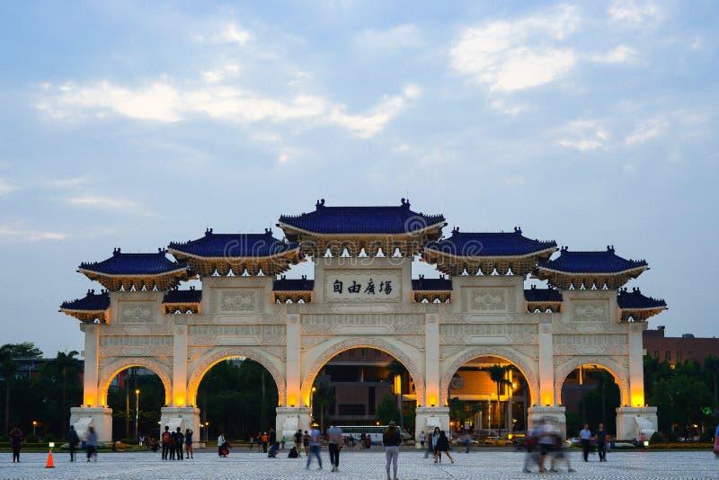 2018年4月21日- Teipei,台湾:参观全国蒋中正纪念品的自由广场主闸的未知的游人 库存照片