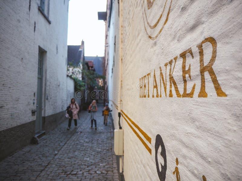 2018年10月-梅赫伦,比利时:导致啤酒厂Het安高的老原始的入口的狭窄的胡同在beguinage的 免版税库存图片