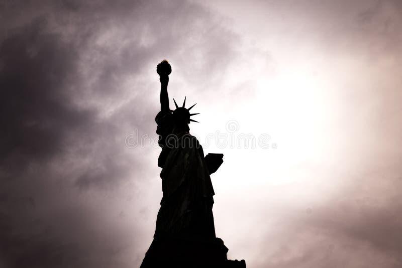 2018年11月-美国标志自由女神像剪影背后照明视图在纽约,美国 库存图片