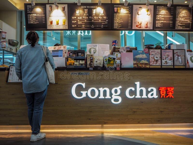 2019年3月-韩国:做命令的年轻亚裔妇女在一家台湾锣Cha泡影茶特权商店 免版税库存照片