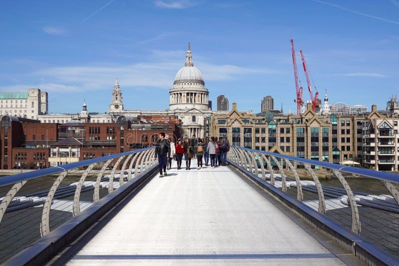 2017年3月22th日-伦敦,英国 伦敦地标:泰晤士河、千年桥梁和圣保罗大教堂 库存照片