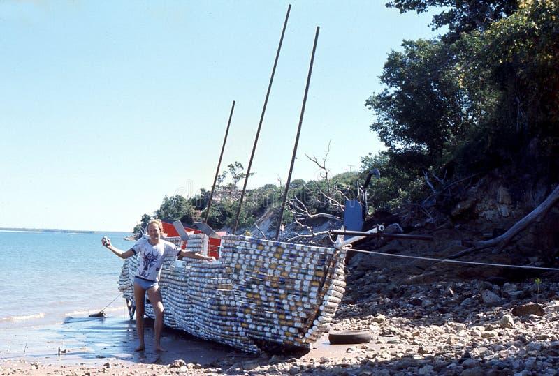 1976年 达尔文, N T 澳洲 啤酒罐小船 免版税库存照片