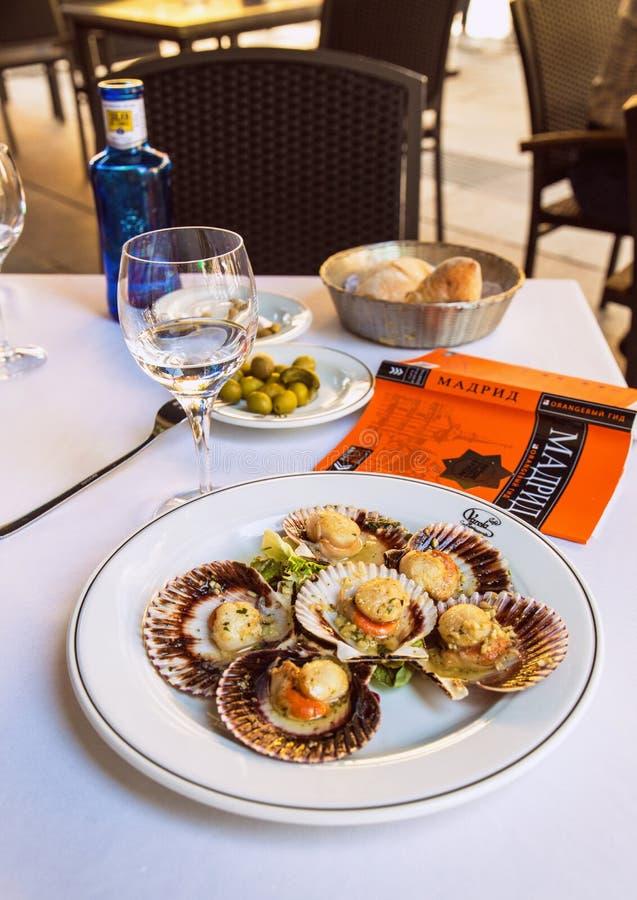 2017年 31 05,马德里,西班牙 在板材的被烘烤的蛤蜊 食物在西班牙 库存图片
