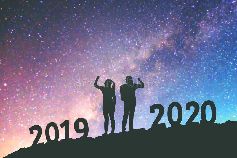 2020年Newyear结合2020新年快乐背景的庆祝成功在银河星系的 免版税库存照片