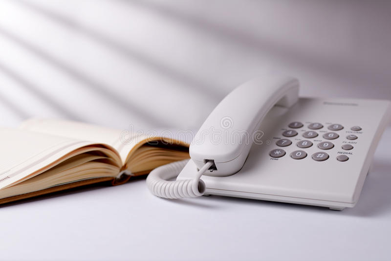 给并且打开书打电话 库存图片