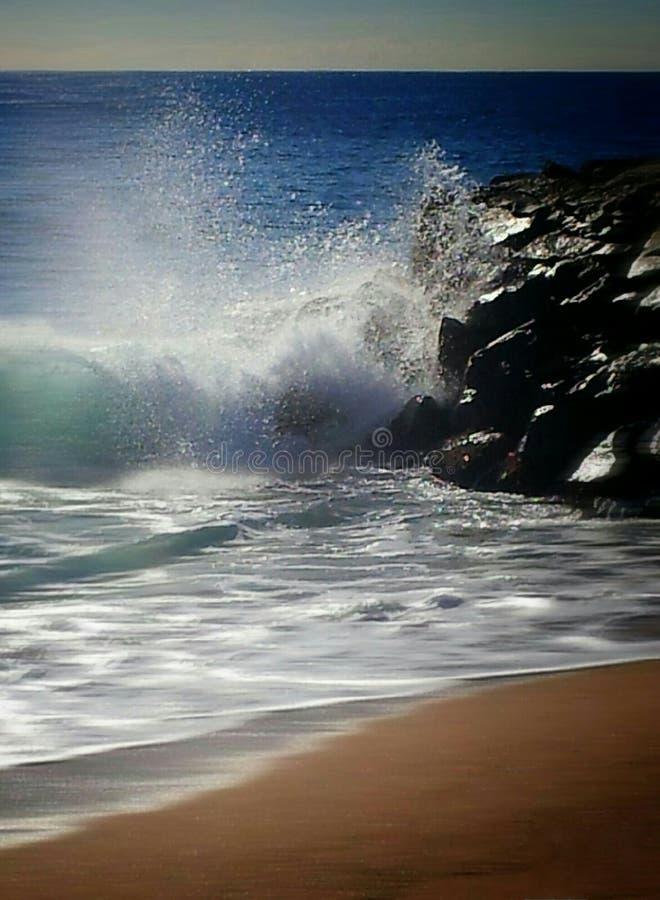 并且波浪断裂 库存照片