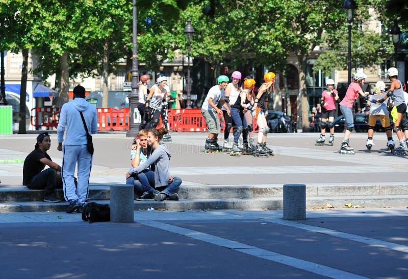幸福、乐趣和欢闹在一个正方形在巴黎 免版税库存图片