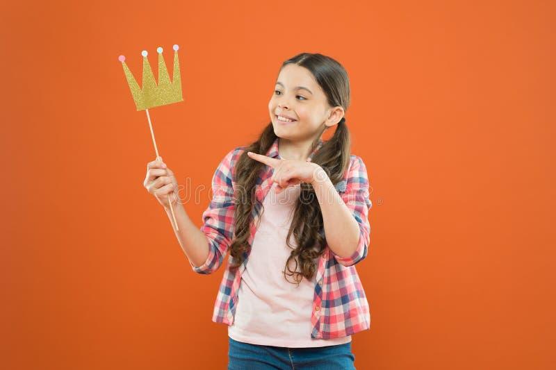 幸福和喜悦概念 乐趣和幽默 获得女孩的孩子乐趣 r 优越公主 ? 库存图片