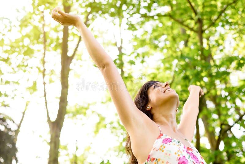 幸福和在自然放松 库存图片
