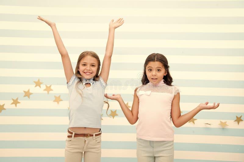 幸福和惊奇 小孩幸福和惊奇  小孩表现出明亮的情感 我们做了它 图库摄影