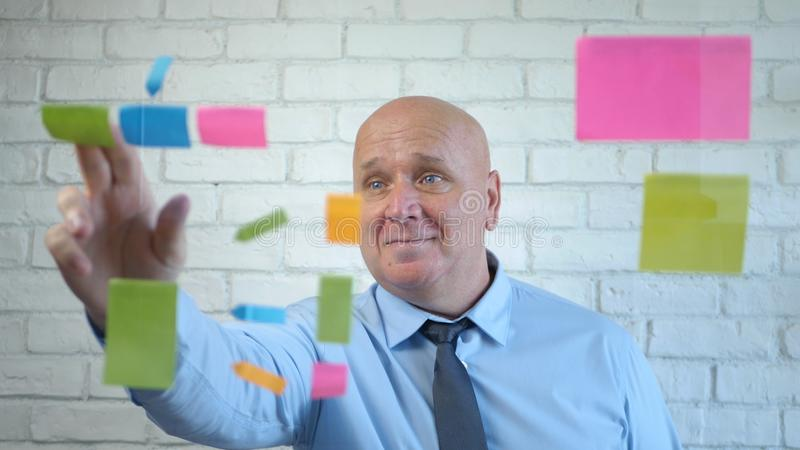 幸福商人分析会议中的一个商业项目 免版税库存照片