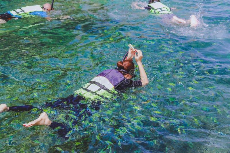 幸福在Similan海岛的游人废气管 图库摄影