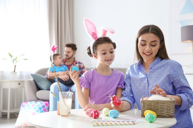 幸福家庭为复活节假日做准备 库存图片
