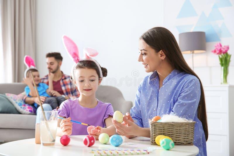 幸福家庭为复活节假日做准备 免版税库存图片