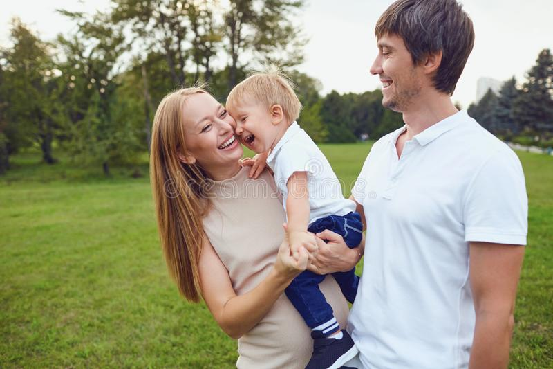 幸福家庭在公园笑 免版税库存图片