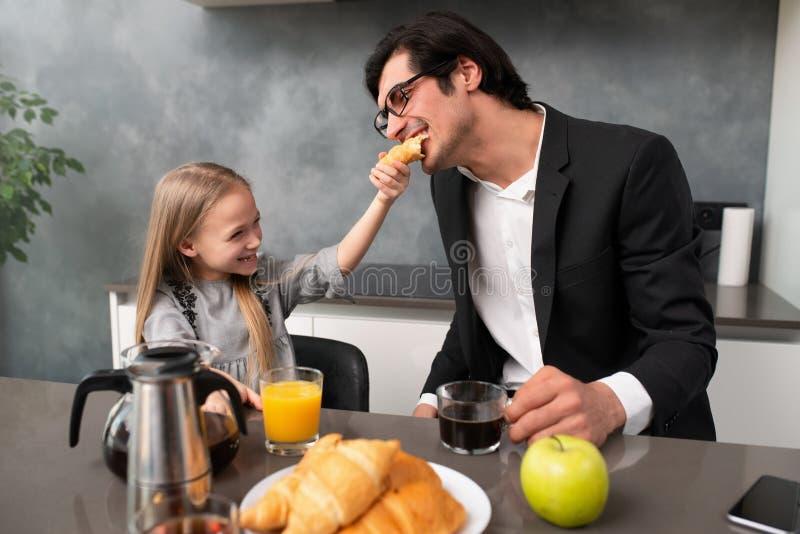 幸福家庭在家食用一顿早餐 库存图片