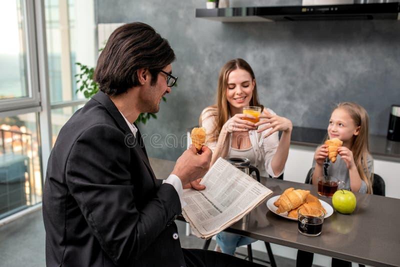 幸福家庭在家食用一顿早餐 免版税图库摄影
