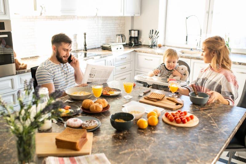 幸福家庭在早晨 图库摄影