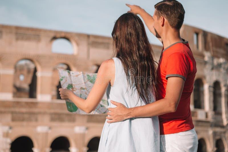 幸福家庭在欧洲 浪漫夫妇在大剧场背景的罗马 库存图片