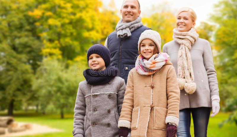 幸福家庭在秋天公园 免版税库存图片