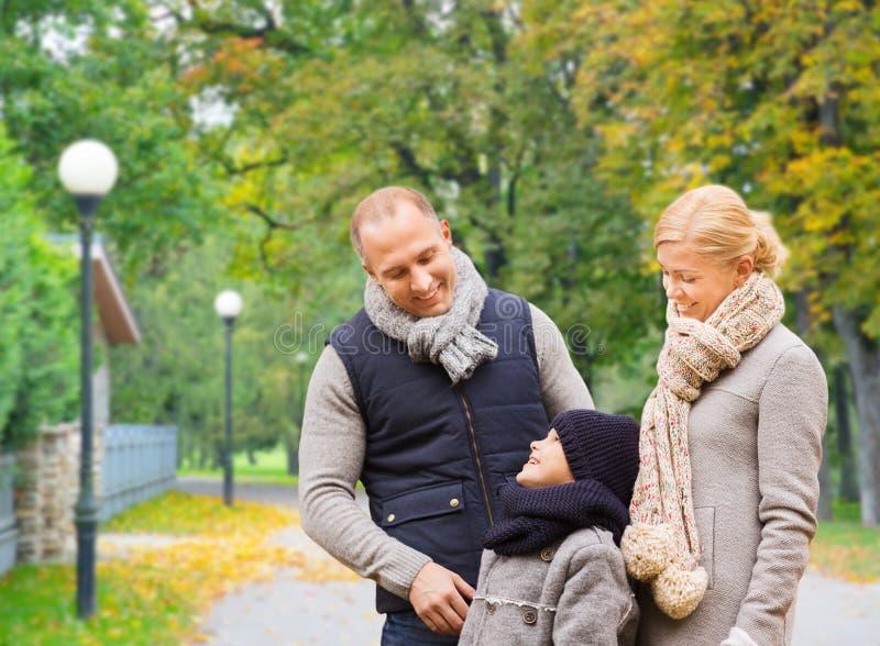 幸福家庭在秋天公园 库存图片