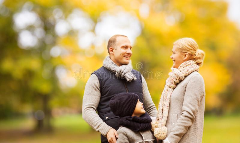 幸福家庭在秋天公园 免版税库存照片