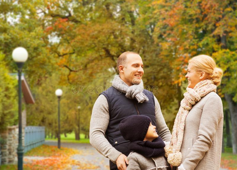幸福家庭在秋天公园 免版税图库摄影