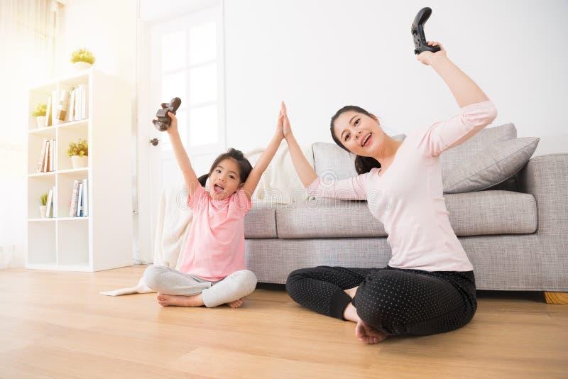 幸福家庭愉快的母亲和激动的女儿 库存图片