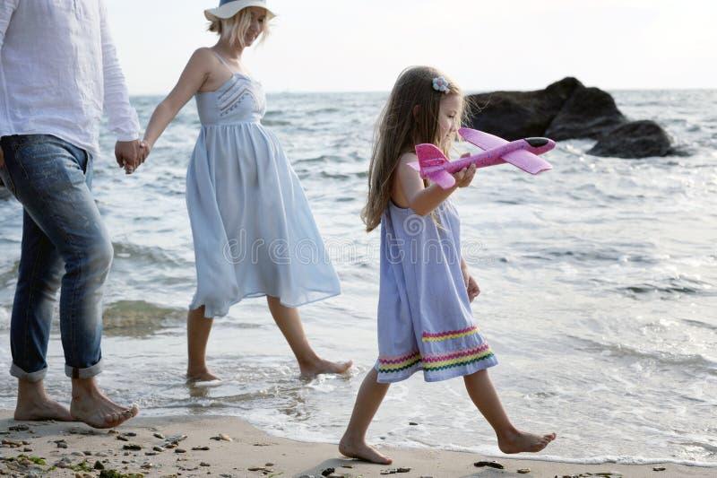 幸福家庭有远足的未来父母在海附近 库存照片