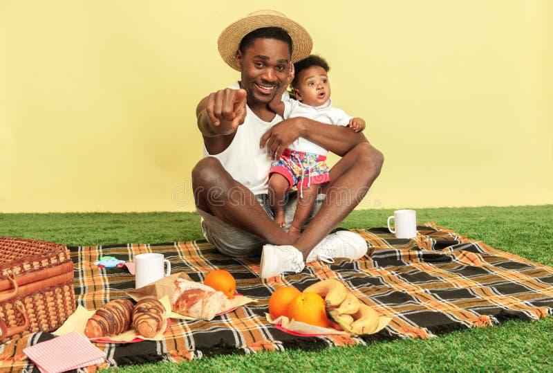 幸福家庭有野餐在演播室 免版税库存照片