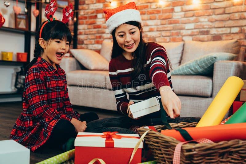幸福家庭母亲儿童组装圣诞礼物 免版税库存图片