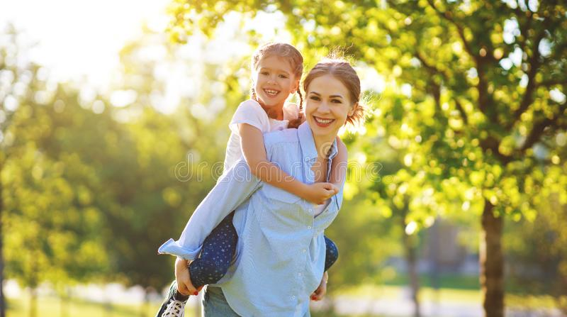 幸福家庭母亲和儿童女儿本质上在夏天 免版税库存照片