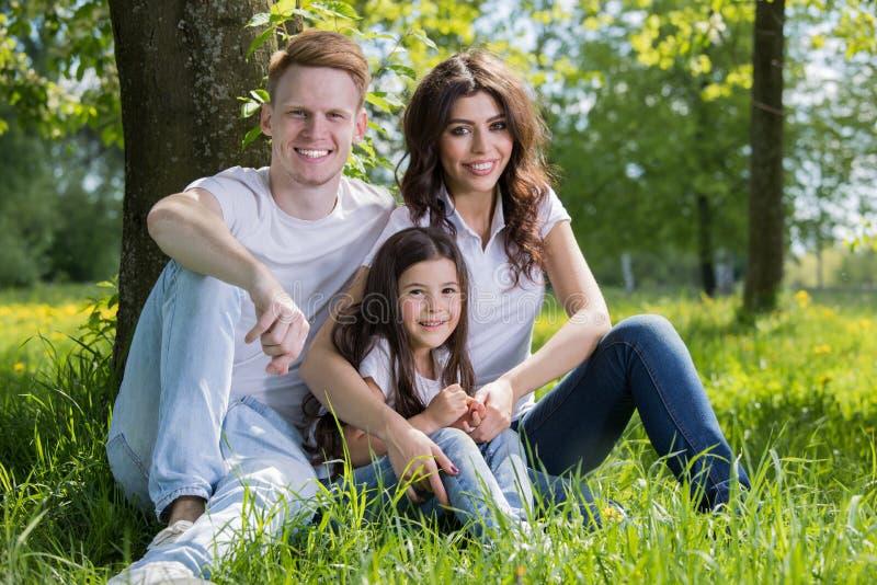 幸福家庭画象在公园 免版税图库摄影