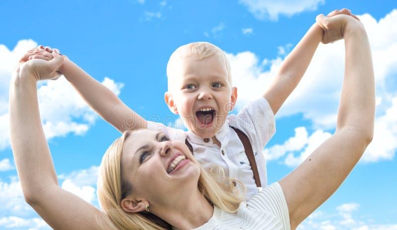 幸福家庭的生活片刻!的母亲和获得一点的儿子一起使用的乐趣 免版税库存照片